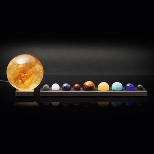 Sonnensystem aus Halbedelsteinen.
